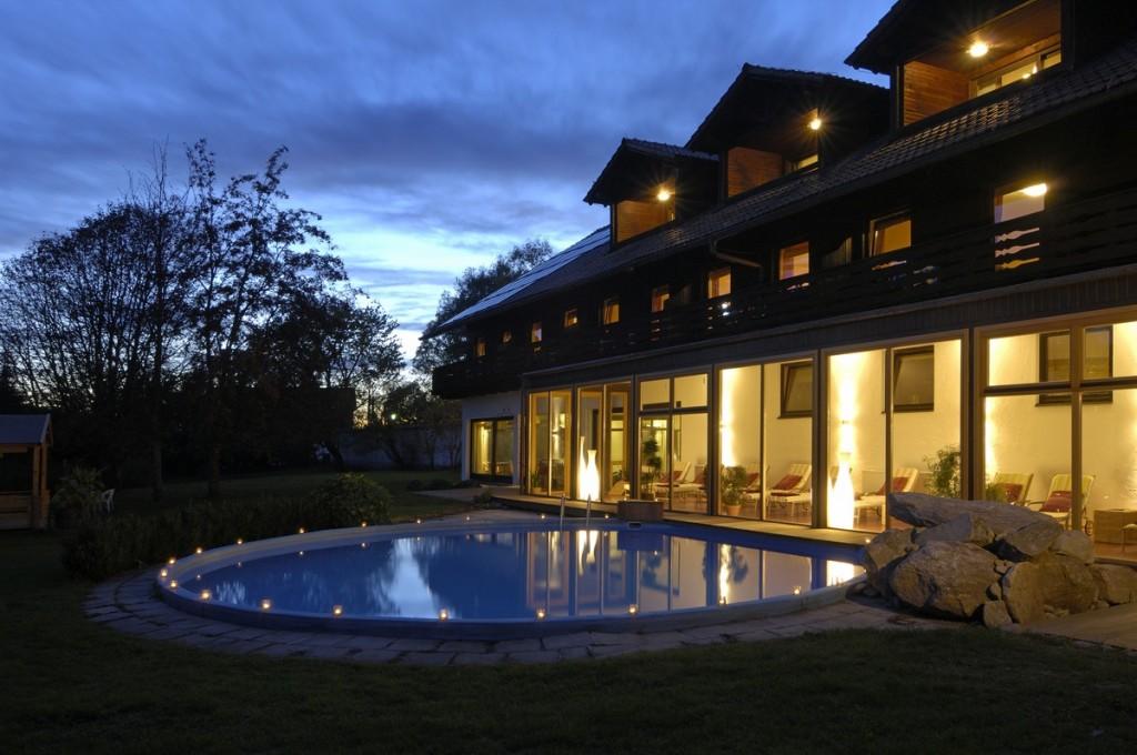 Pool und Hotelgebäude am Abend: Hier finden Sie Ruhe und Erholung