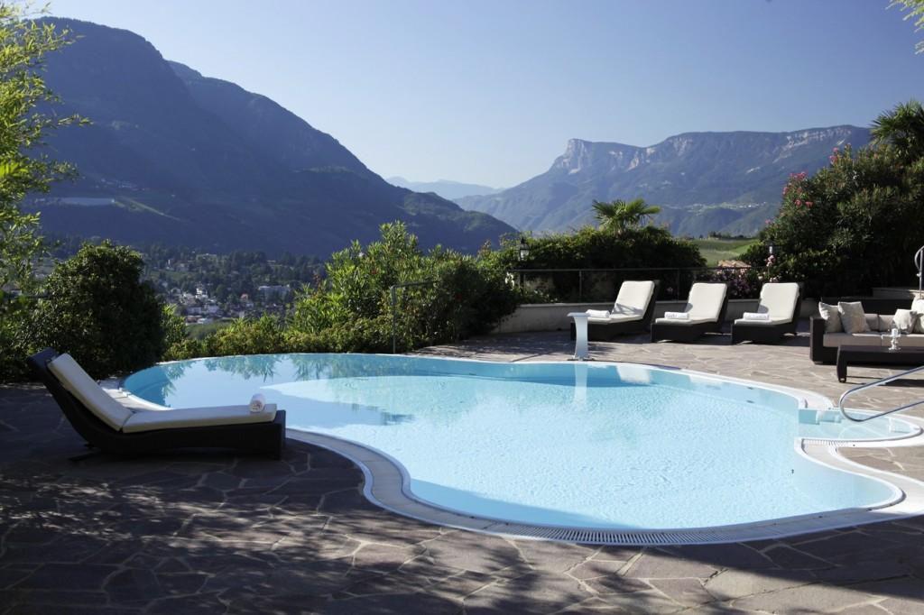 Ansitz Golserhof: Im Sommer mit Pool und Liegen im Freien
